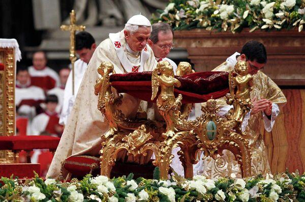 Папа Римский Бенедикт XVI в пятницу вечером проводит в Соборе Святого Петра в Ватикане торжественную мессу по случаю Рождества Христова