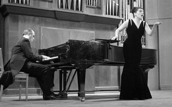 Вишневская и Ростропович во время выступления