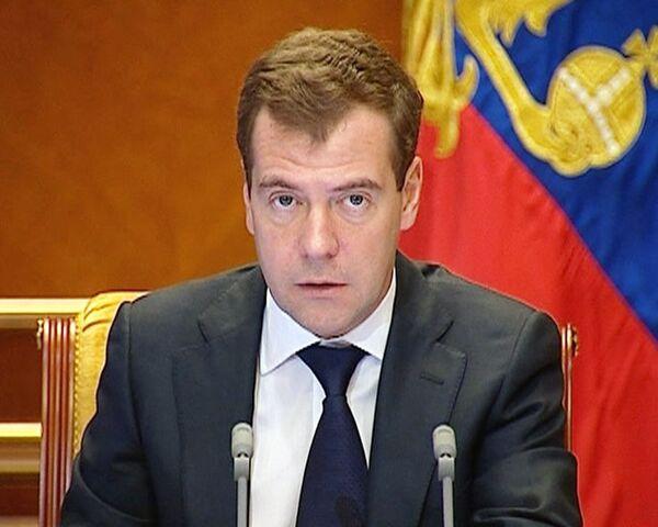 Медведев недоволен инвестиционным климатом и ростом цен на продукты