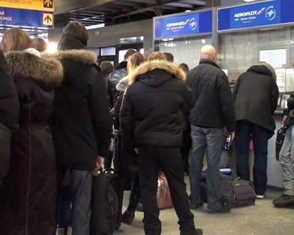Сотни людей пытаются обменять или сдать билеты в аэропорту Пулково