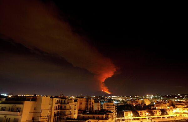 Извержение вулкана Этна на остове Сицилия, начавшееся 3 января 2011 г.