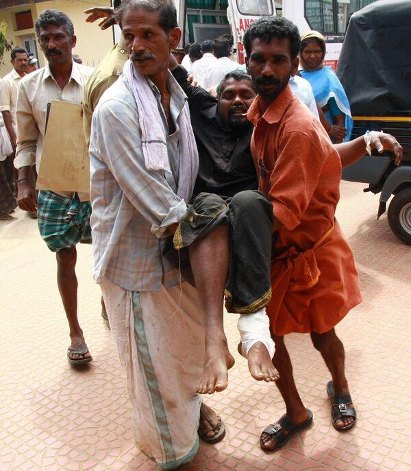 Люди, пострадавшие в давке во время праздника в штате Керала на юге Индии