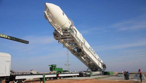 Установка ракеты-носителя Зенит-2SБ с разгонным блоком Фрегат-СБ и космическим аппаратом Электро-Л на стартовом комплексе космодрома Байконур. Архивное фото