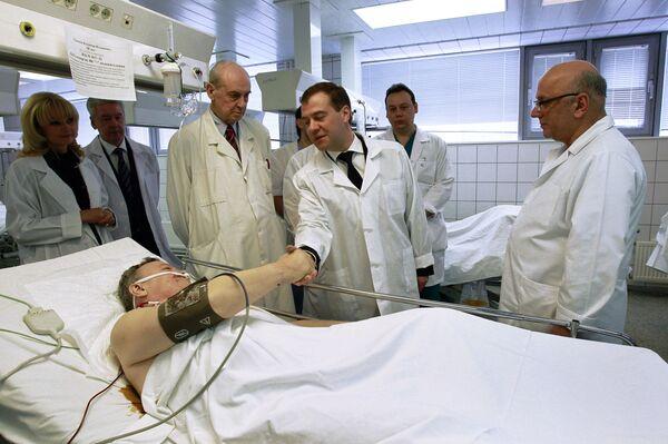 Дмитрий Медведев навестил в институте Склифосовского пострадавших при теракте в Домодедово
