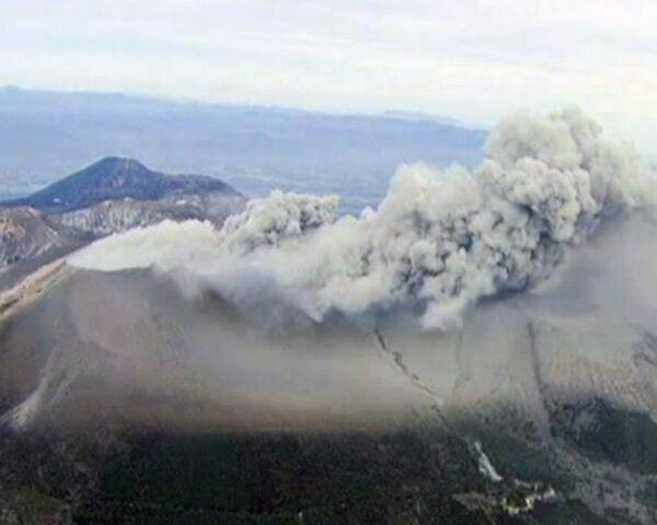 Столб из пепла и камней высотой 1,5 километра извергает вулкан в Японии