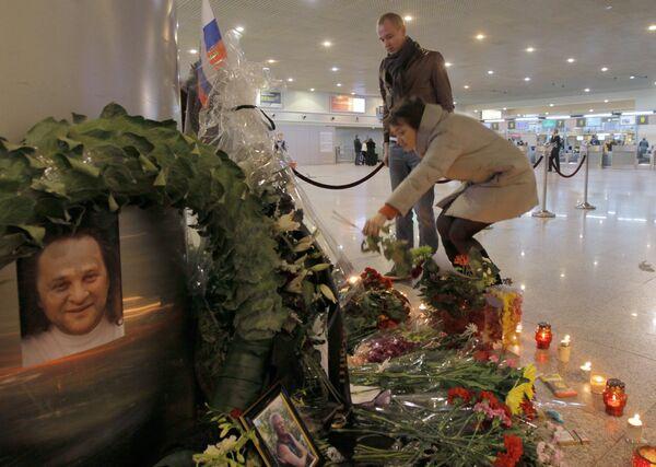 Возложение цветов на месте теракта в аэропорту Домодедово. Архив