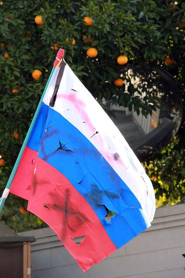 Оскверненный японскими радикалами в день северных территорий российский флаг. Архив