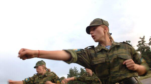 Девушки, поступившие на первый курс Рязанского высшего воздушно-десантного командного училища имени генерала армии В.Ф.Маргелова. Архивное фото