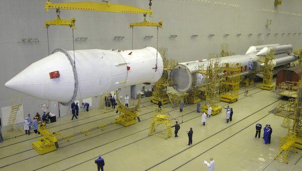 Подготовка к запуску ракеты-носителя Протон-М. Архив