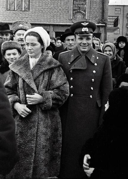 Гагарин с женой идут на выборы