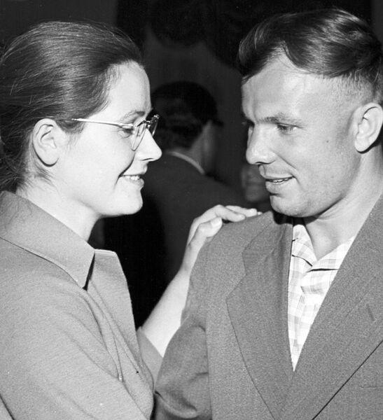 Летчик-космонавт СССР Юрий Алексеевич Гагарин с женой Валентиной