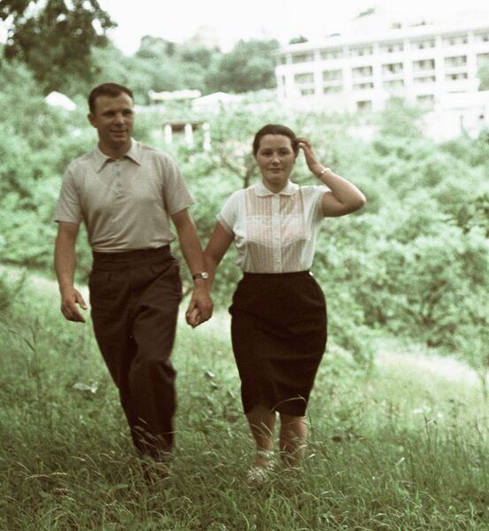 Гагарин с женой Валентиной на отдыхе