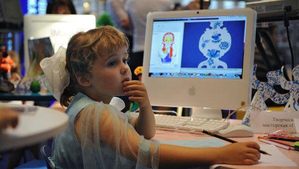 Ребенок за компьютером. Архив