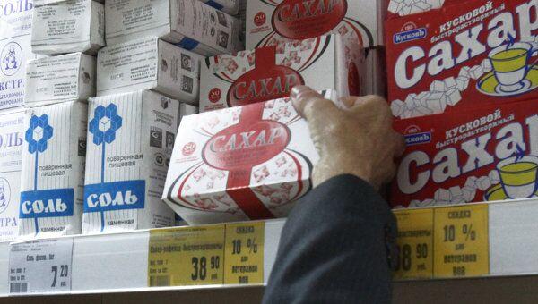 Сахар и соль на прилавке магазина, архивное фото