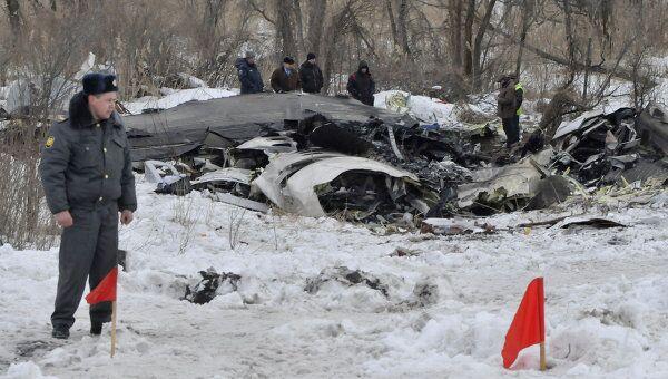 Сотрудники следственого комитета и правоохранительных органов исследуют место крушения самолета Ан-148.