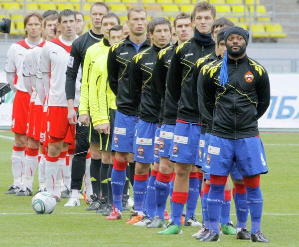 Футболисты ЦСКА (справа) и Амкара
