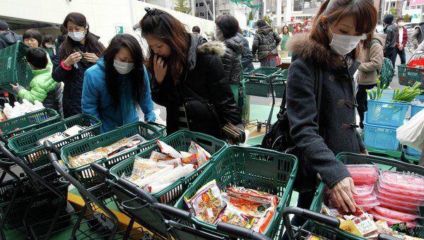 Японцы покупают продукты на рынке в разрушенном землетрясением городе Сендай