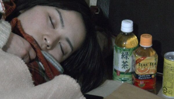 Лишившиеся домов жители Сендая спят на картоне в здании префектуры