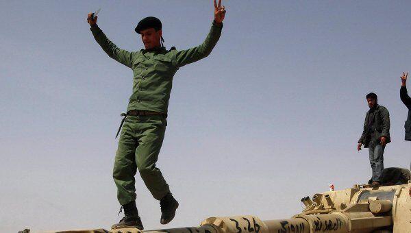 Ливийские повстанцы с захваченной у войск Каддафи техникой