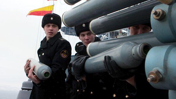 Матросы большого противолодочного корабля Вице-адмирал Кулаков заряжают корабельный комплекс установки помех