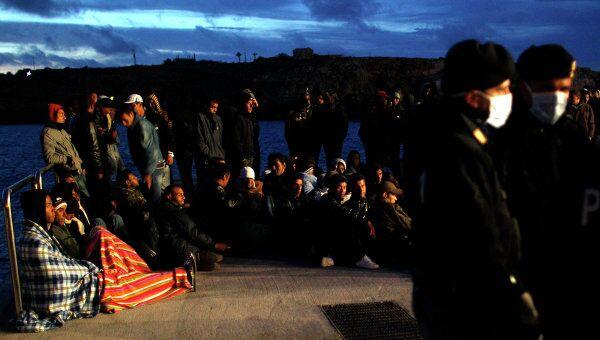 Беженцы, ждущие эвакуации на острове Лампедуза
