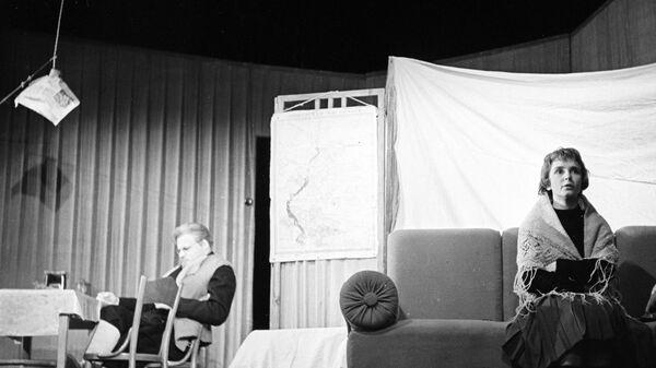 Сцена из спектакля Вечно живые, поставленного по пьесе В.Розова. Вероника - актриса Л.Крылова, Бороздин - актер П.Щербаков