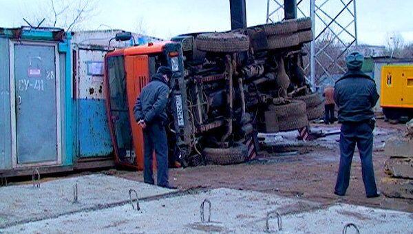 Последствия падения автомобильного крана в Москве. Видео с места ЧП