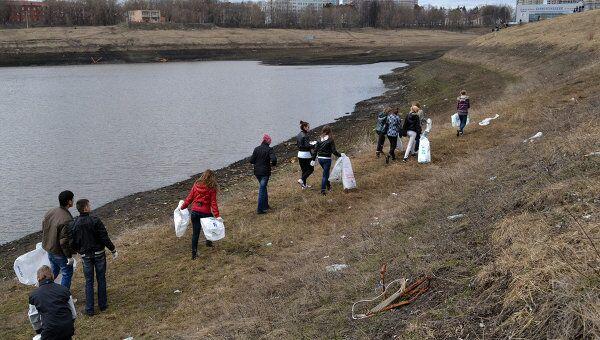 Уборка мусора вокруг озера