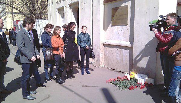 Активисты партии Справедливая Россия возложили цветы у Института хирургии имени Вишневского в Москве
