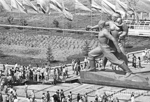 Монументально-архитектурный комплекс Дружба народов, открытый в эпицентре землетрясения 1966 года в городе Ташкент