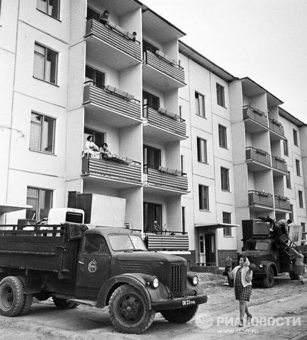 Заселение вновь отстроенного дома после землетрясения в городе Ташкенте.