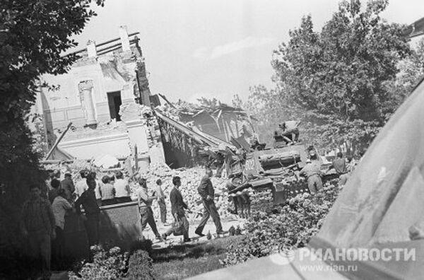 Землетрясение 1966 года в Ташкенте. На расчистке улиц от завалов работает танк