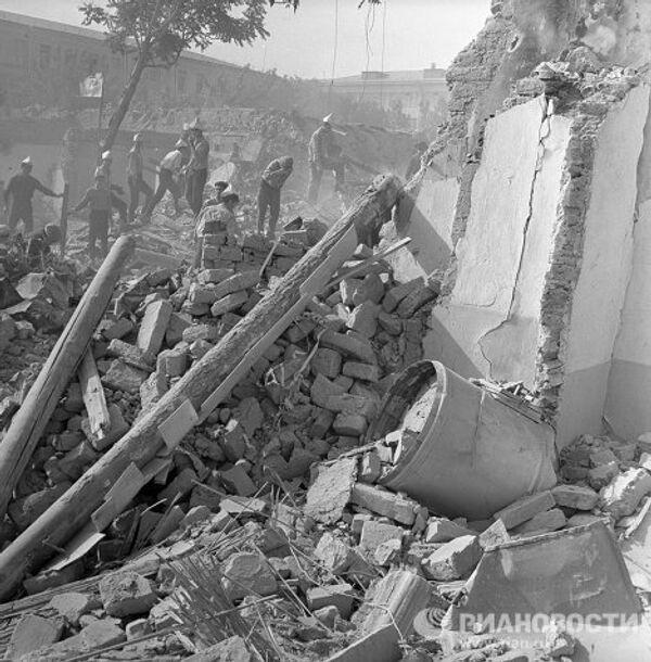 Разборка завалов после землетрясения в Ташкенте