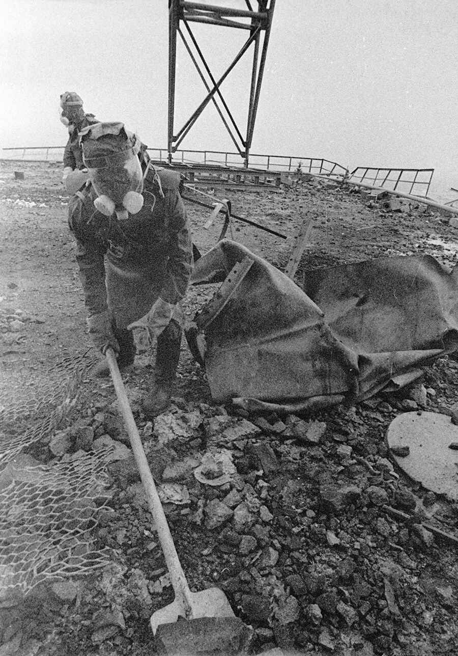 Люди очищают кровлю  поврежденного реактора после аварии на Чернобыльской АЭС