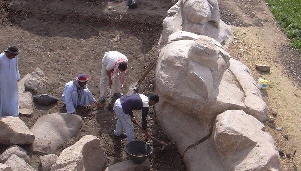 Статуя фараона Аменхотепа Третьего, обнаруженная египетскими археологами на западном берегу Нила в Луксоре