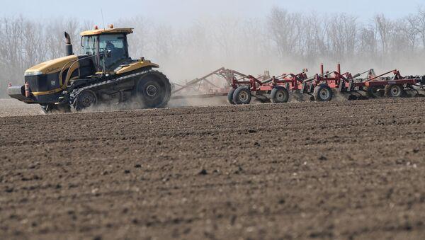 Весенние полевые работы на полях. Архивное фото