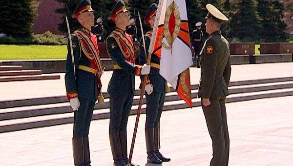 Бойцы комендантского полка простились со знаменем части у стен Кремля