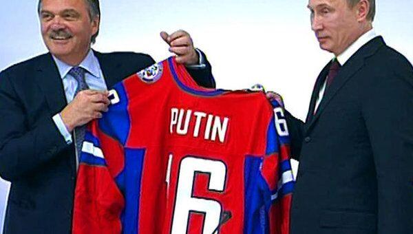 Путин получил от IIHF чемпионат мира по хоккею для России и именной свитер