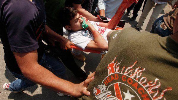 Палестинец, пострадавший в результате столкновений у погранперехода Эрез, связывающего сектор Газа с Израилем. Архив