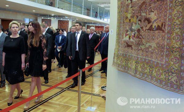 Светлана Медведева и Мехрибан Алиева на выставке азербайджанских ковров и образцов медницкого дела в Государственном Кремлевском дворце