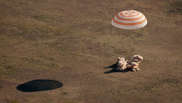 Cпускаемый аппарат корабля Союз ТМА-20, приземлившийся в расчетном районе казахстанской степи
