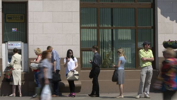 Очередь в банкомат в Минске. Архив