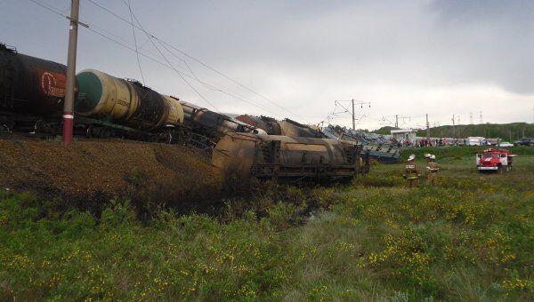 В Оренбургской области на железнодорожном переезде столкнулись грузовик, пассажирский и грузовой поезда