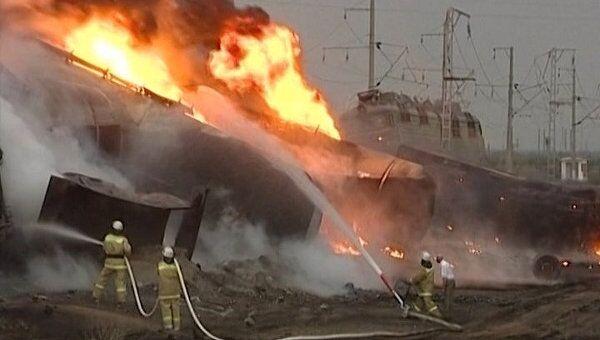 Цистерны с мазутом загорелись от столкновения грузовика с поездом