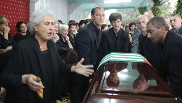Жители Сухуми прощаются с президентом Абхазии Сергеем Багапшем