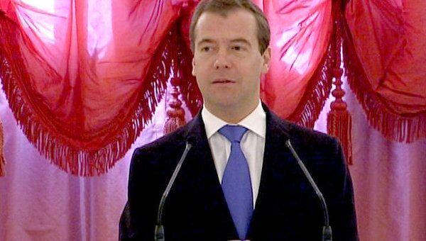Медведев призвал россиян брать пример с многодетных семей