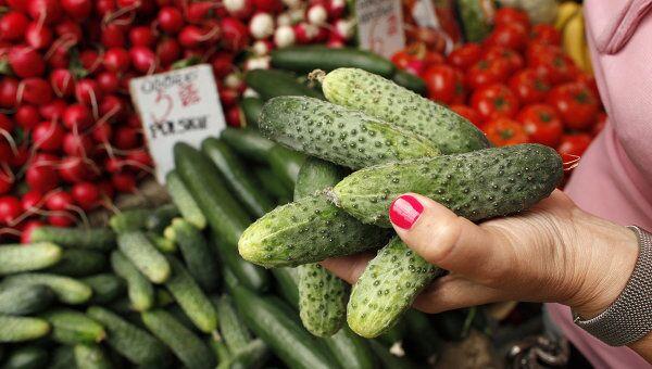 Продажа овощей на рынке в Варшаве. Архивное фото
