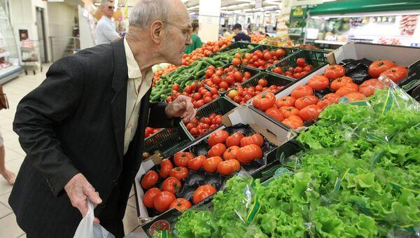 Овощи в торговом зале супермаркета. Архив