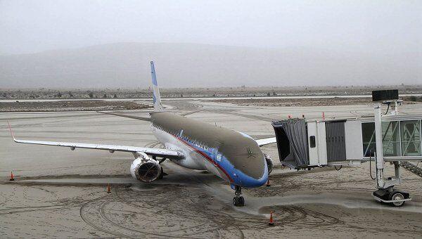 Самолет, покрытый пылью от вулкана Пуйеуэ, в аэропорту города Сан-Карлос-де-Барилоче, Аргентина