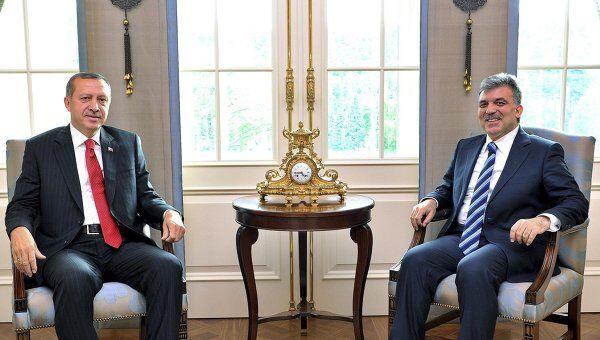 Тайип Эрдоган (слева) и Гюль Абдулла (справа)